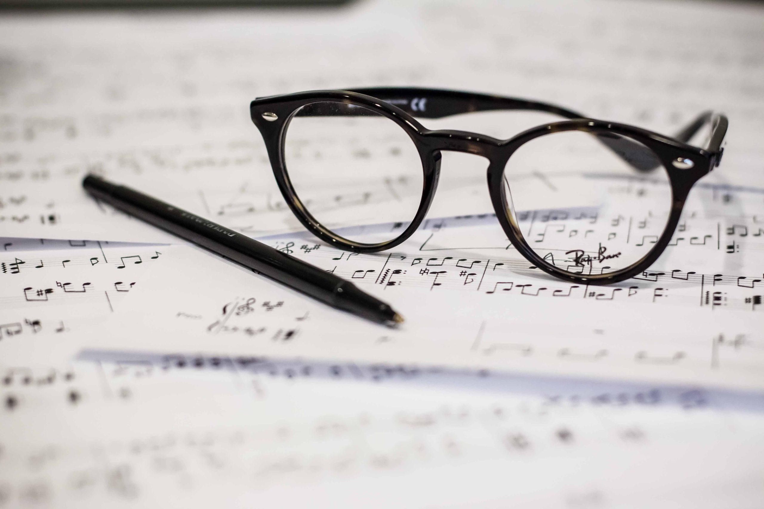 bril-en-pen-op-bladmuziek